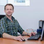 Dokter van Loenen aan zijn bureau