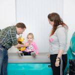 Onderzoek van een kind op een dino-onderzoekstafel