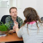 Huisarts van Loenen meet de polsslag bij een patiënt