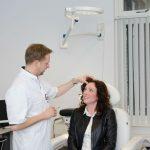 Dokter van Loenen spuit botox in het gelaat bij een patiënt