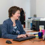 Dokter Petra aan haar bureau