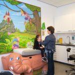 Huisarts Petra onderzoekt een kind op een Olifant-onderzoeksbank