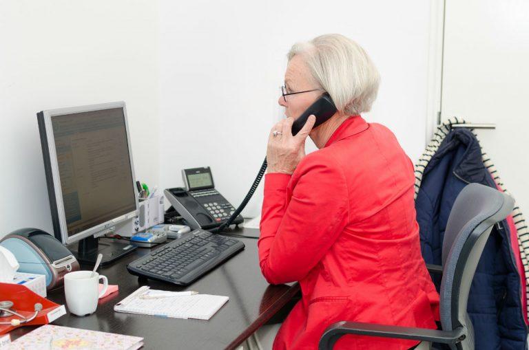 Onze doktersassistente Rinske neemt in onze backoffice de telefoon op